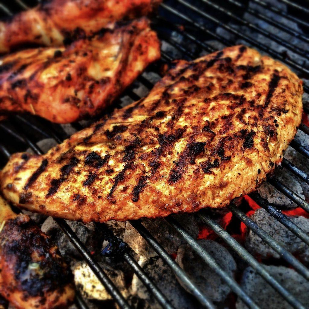 Vlees van de grill bij Strandpaviljoen Breezand